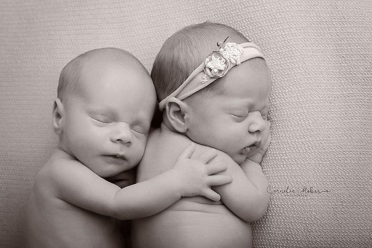 Neugeborenenshooting Neugeborene Zwillinge Neugeborenenfotografie Neugeborenenfotos newborn shooting Twins Babyfotografie Babyfotos baby photographer Babyfotograf Zug Zürich Luzern Aargau Schwyz Cornelia Moebes Photography