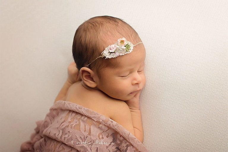 Neugeborenenbilder Babygirl Babyfotografie newbornshooting Neugeborenenfotografie Babyfotos Familie Cornelia Moebes Photography