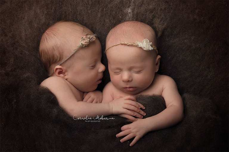 Neugeborenenbilder Neugeborenenfotografin Neugeborenenshooting Newborn Photographer Babyshooting Babyfotos Portrait Fotografin Zug Zürich Zentralschweiz Cornelia Moebes Photography Twins Zwillinge