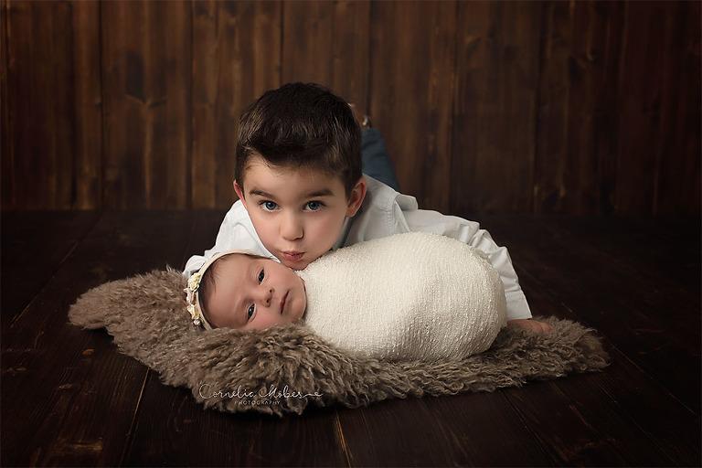 Neugeborenenbilder Neugeborenenfotografin Neugeborenenshooting Newborn Photographer Babyshooting Babyfotos Portrait Fotografin Zug Zürich Zentralschweiz Cornelia Moebes Photography Geschwisterbilder siblings grosser Bruder