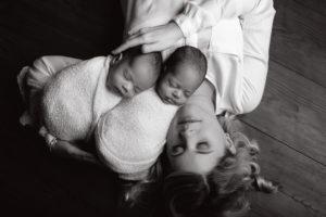 Neugeborenenfotografie Neugeborenenfotos Newbornportraits Newbornshoot Newborn Baby Photographer Babyshoot Babyfotografie Portrait Familie Cornelia Moebes Photography Twins Zwillinge